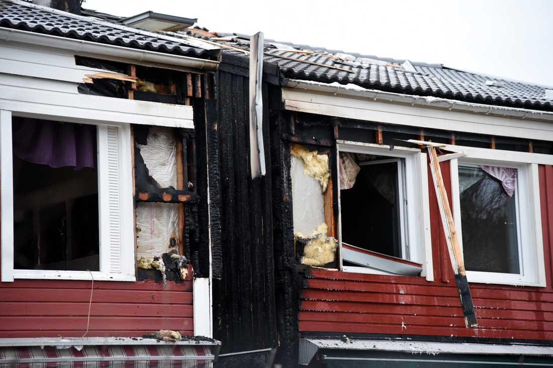 Boende i tre radhus fick evakueras och två personer fick lättare skador.