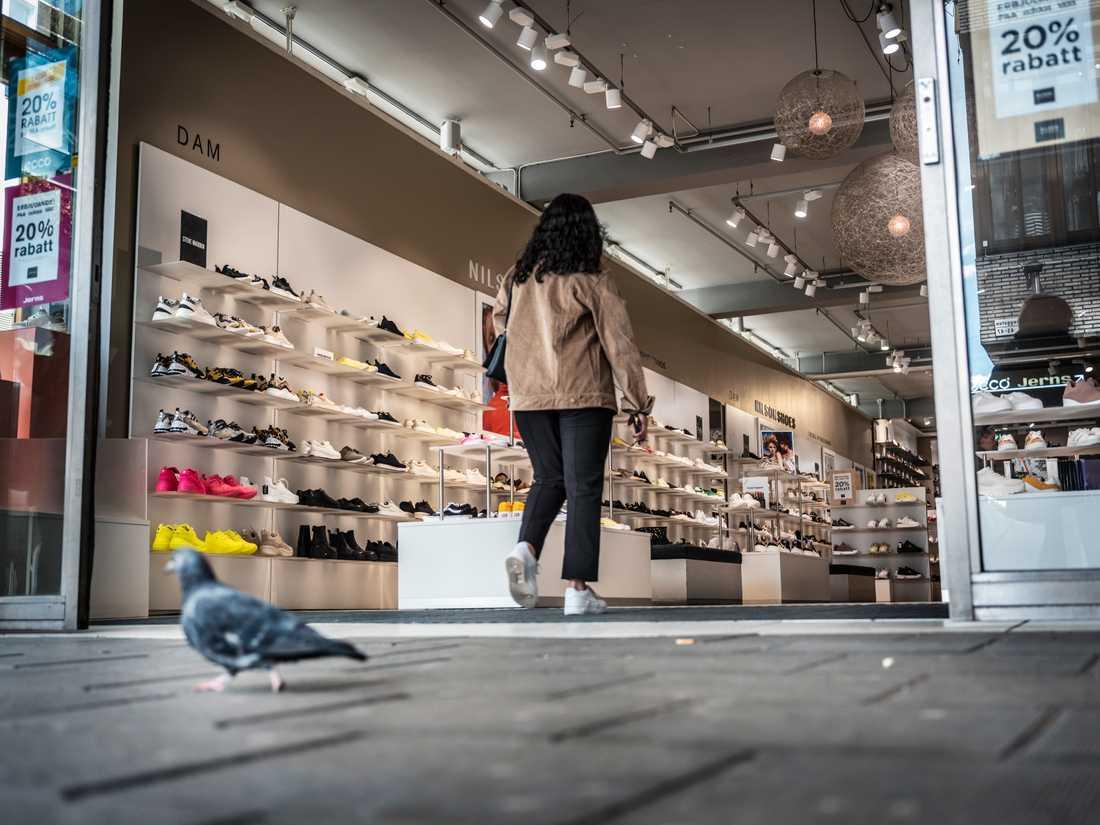 Enligt Svensk Handels senaste trygghetsbarometer upplever butikspersonal allt oftare problem med kunder som stjäl och trakasserar personal. Nu ska kunder kunna portas. Arkivbild.