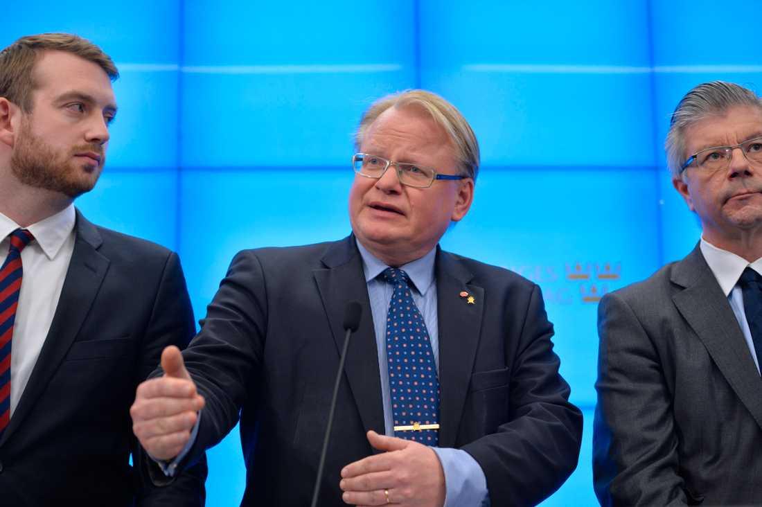 Jakob Dalunde (MP), försvarsminister Peter Hultqvist  (S), Hans Wallman (M).