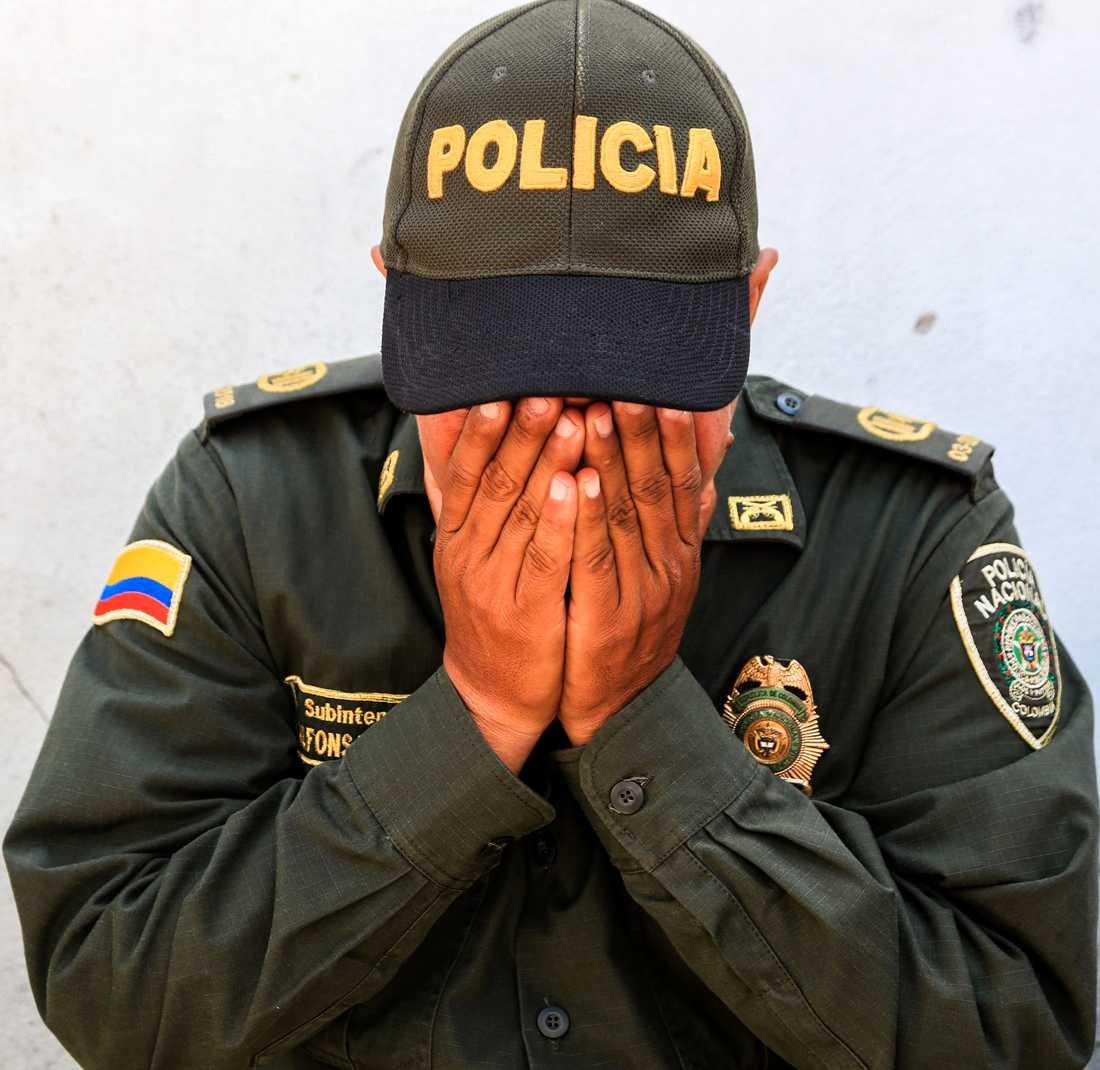En polisman sörjer under minnesceremonin som hölls för offren i dag.
