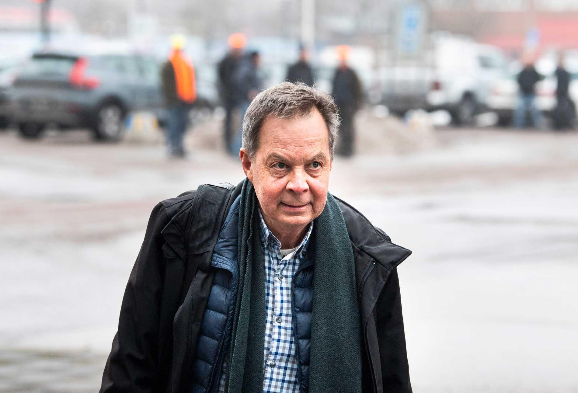 Industrimiljardären Karl Hedin anländer till rättegången.
