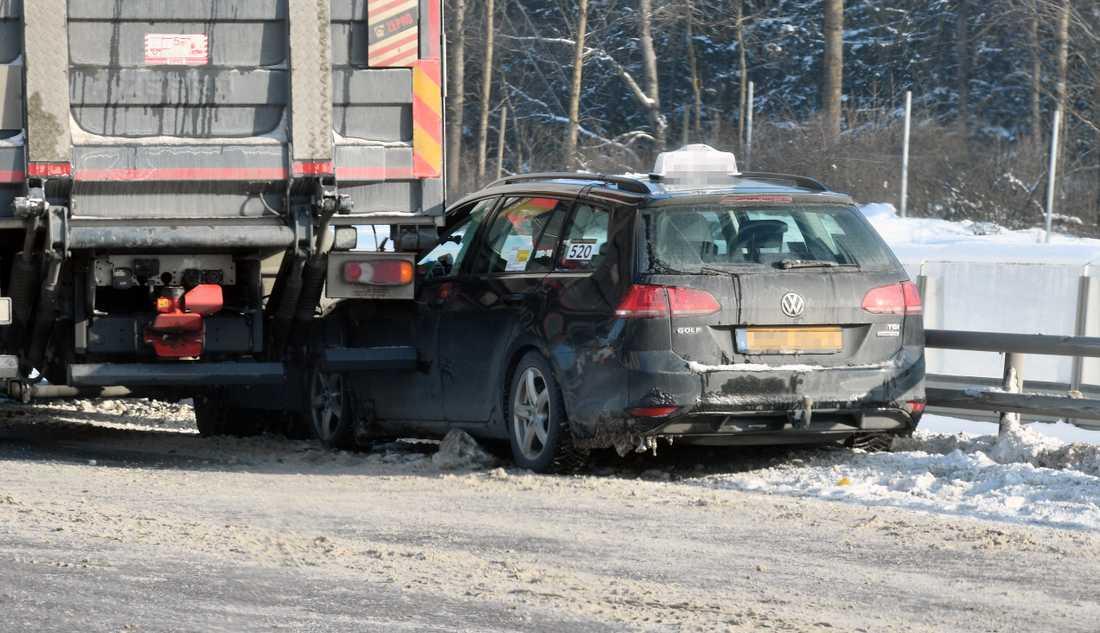 En taxi har kört in i en lastbil i halkan vid Kymlingelänken, Stockholm.