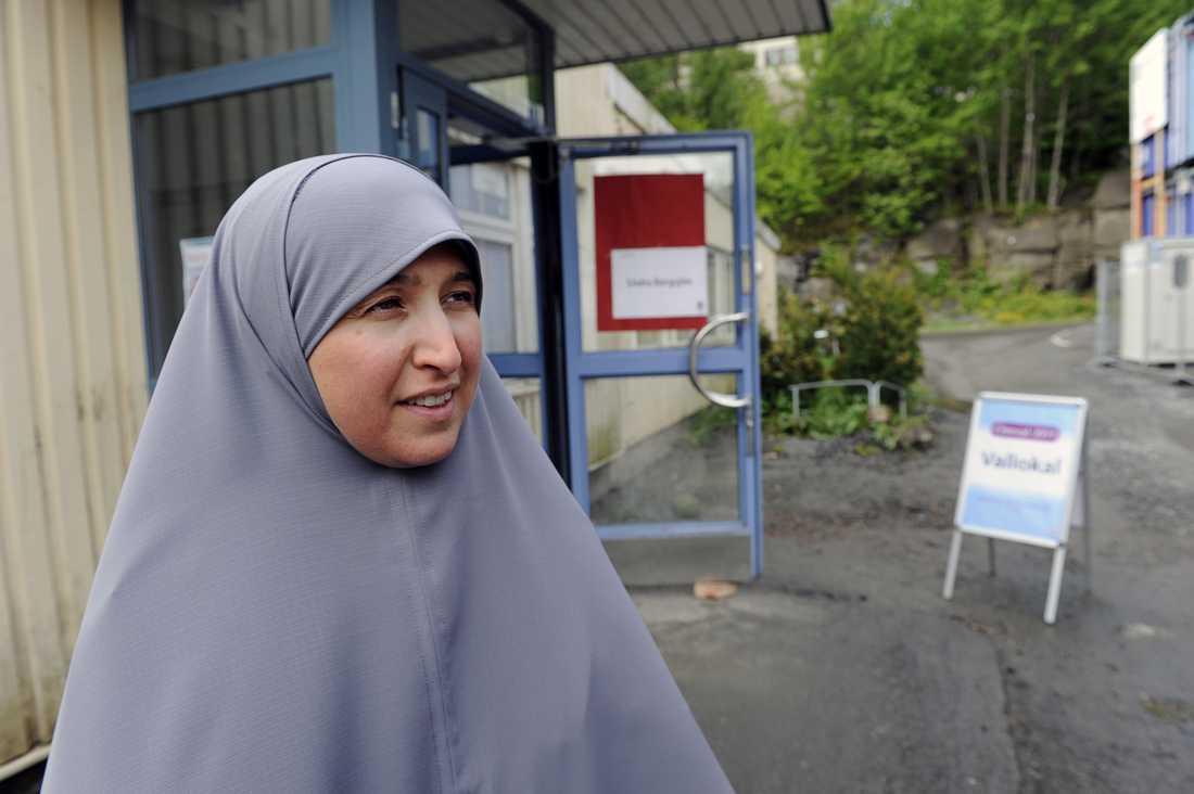 """""""Jag röstar med Socialdemokraterna för att jag tycker att det är viktigt att vi inte säljer ut sjukvården. Jag tycker att sjukvårdsfrågorna är jätteviktigt, särskilt kortare väntetider på akuten"""", säger Busharaa Salih."""