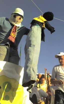 En fågelskrämma, föreställande en svart man, hängdes under matchen i Vologda.