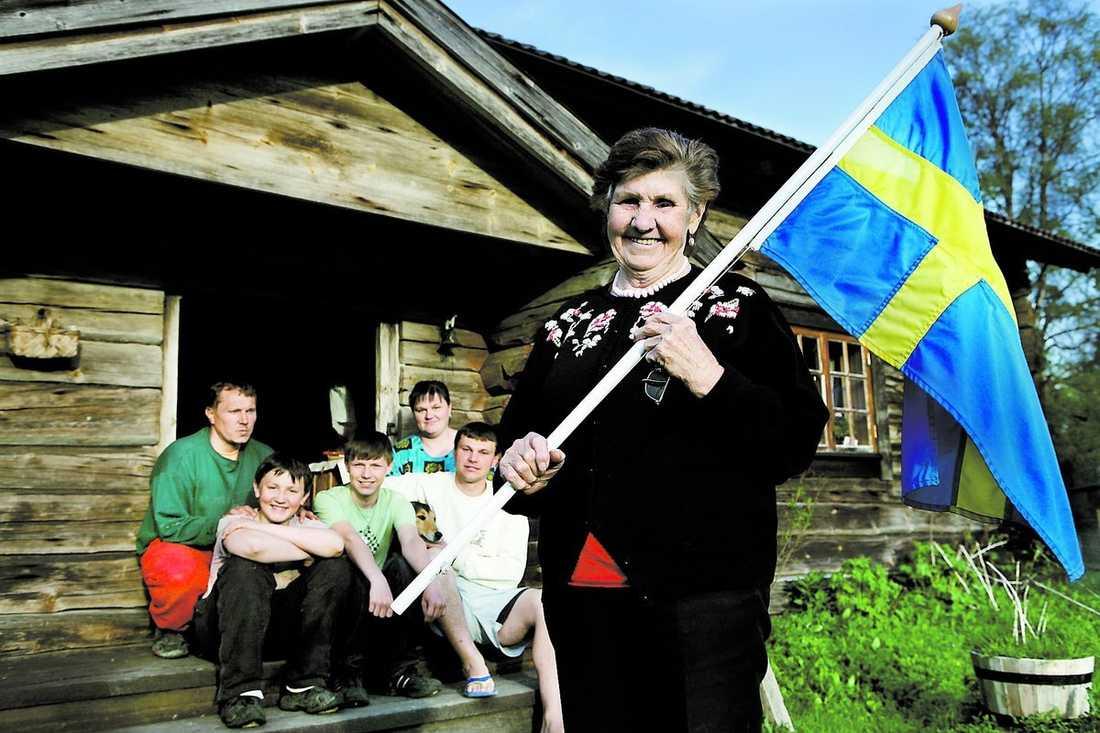 LÄNGTAR HEM Maria Nordberg, 77, är född i Sverige men uppväxt i Ukraina. Nu vill hon flytta hem till Sverige med sin familj: Peter, Nikolaij, Artem, Olga och Vladislav.