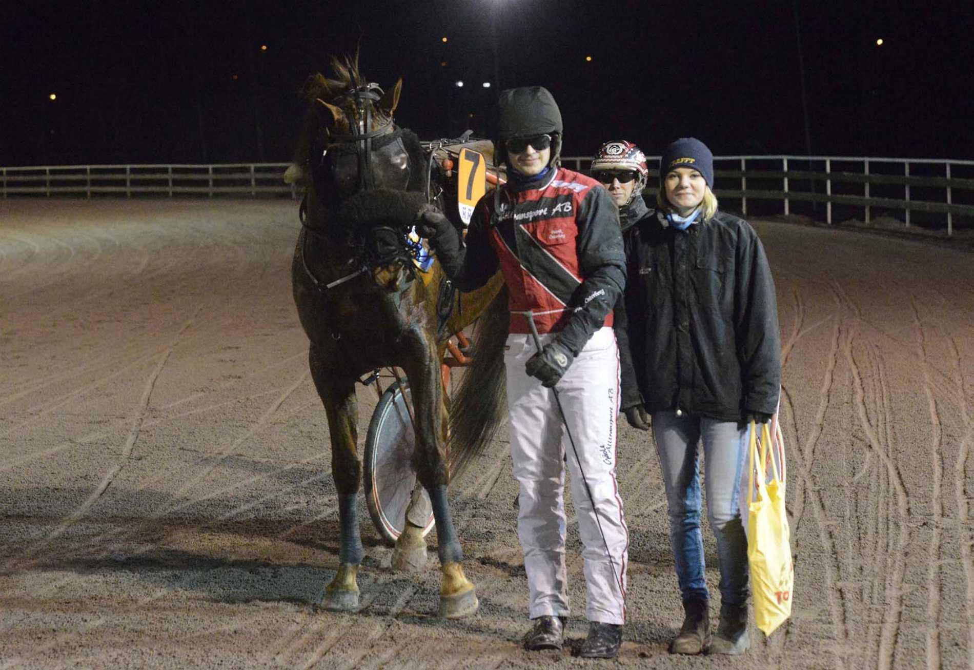Bring Me Staro gör debut på V75 på lördag. Här syns tränaren Moa Nilsson och pojkvännen och kusken Patrik Österberg.