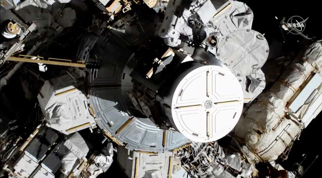Christina Koch och hennes kollega svensk-amerikanskan Jessica Meir på väg ut ur rymdstationen ISS.