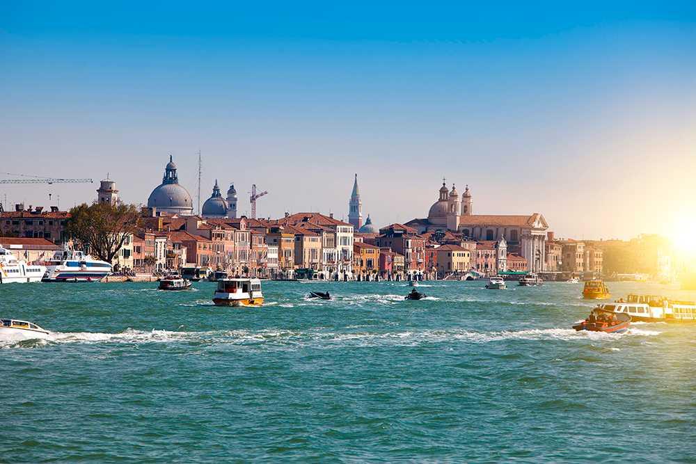 I svallvågorna efter 20 miljoner turister drabbas Venedig av flera problem.