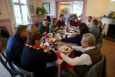 Det stora kompisgänget som firar 60-årskalas i matsalen på Finnhamns vandrarhem.