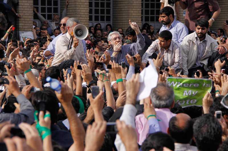 Mir Hossein Mousavi talar inför folkmassan.