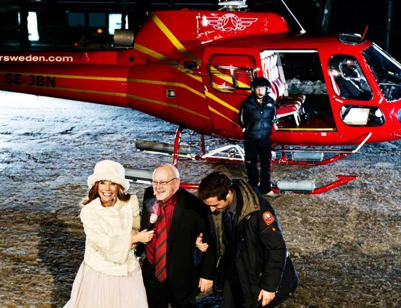 kvällens hemlige gäst Bertil stiger omtumlad ur helikoptern och blir eskorterad av Tilde de Paula och Måns Zelmerlöw in till den väntande galan.