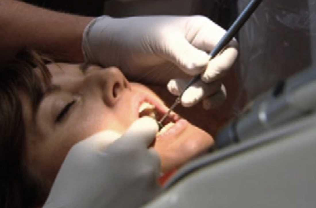 BORRAR I ONÖDAN Sanna Lundell lägger sig i tandläkarstolen – med helt friska tänder – och tandläkaren börjar borra.