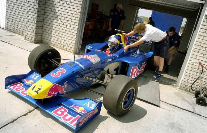 Zlatan är känd för sitt bilintresse. Här får han chansen att testa en Formel 3000-bil den 17 juni 2003
