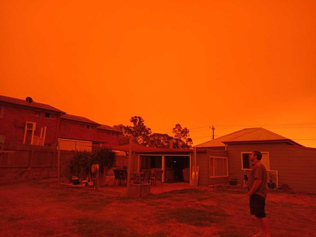 Bilderna från det rödorangea skenet i kuststaden har fått australisk media att kalla skogsbränderna apokalyptiska.