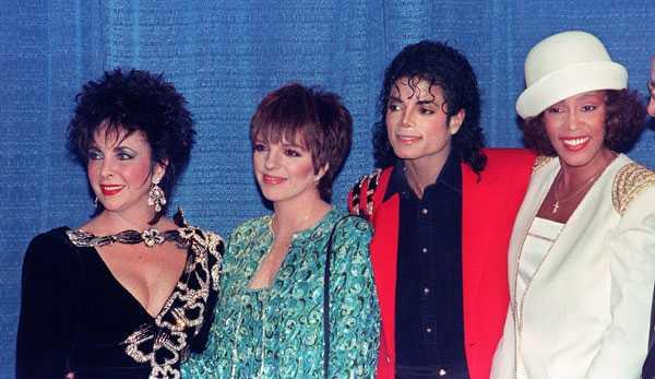Whitney poserar tillsammans med Michael Jackson, Liza Minelli och Elizabeth Taylor.