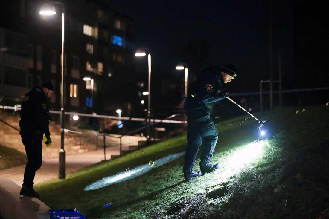Polis säkrar spår vid brottsplatsen.
