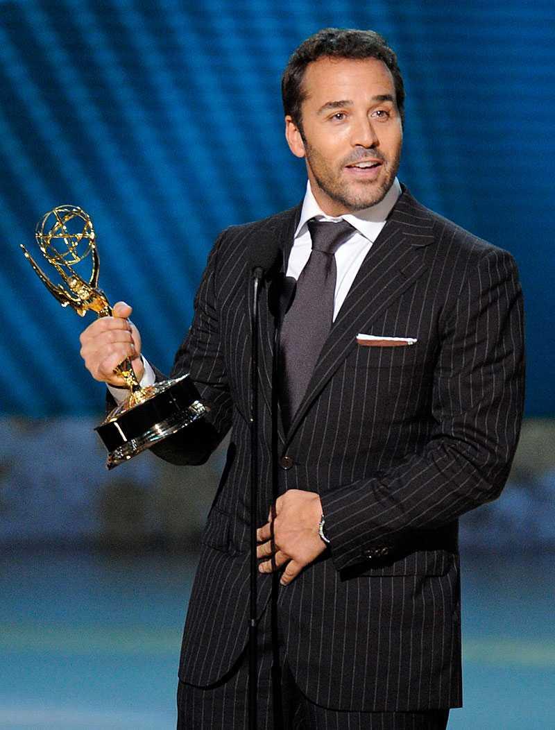 Jeremy Piven tar emot en Emmy för sin roll som agenten Ari Gold.