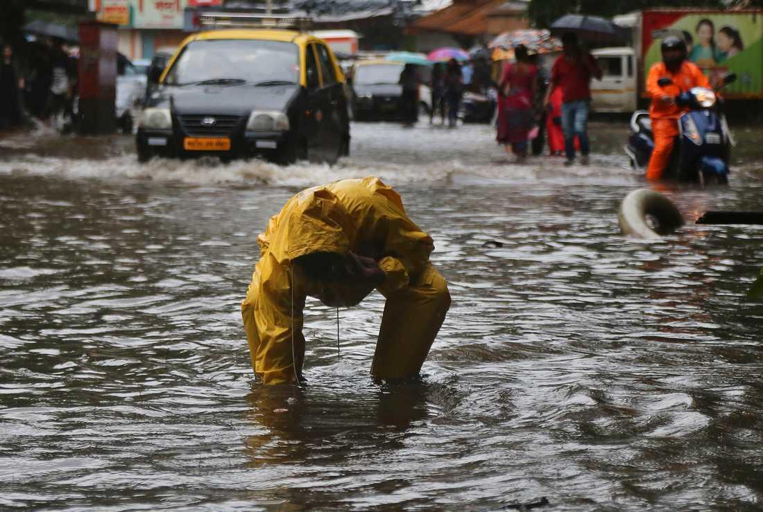 En indisk pojke har fallit ner i en brunn i Bombay efter sommarens kraftiga monsunregn. Bild från 8 juli 2019.