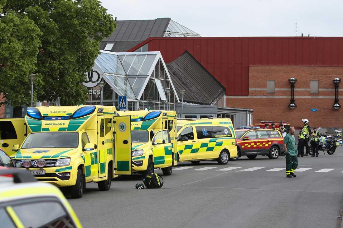 Ett köpcentrum i Jönköping har utrymts efter en gasläcka.  19 personer har förts till sjukhus.