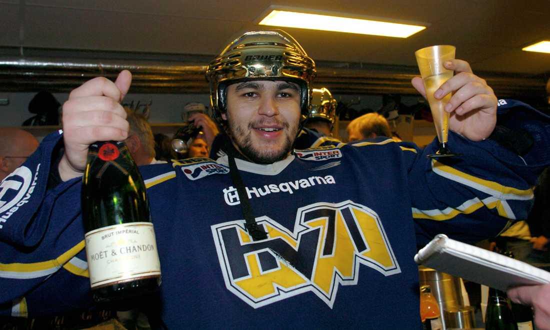 En segerrusig Stefan Liv efter SM-guldet 2004.