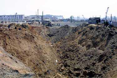 En stor krater bildades vid tågexplosionen.