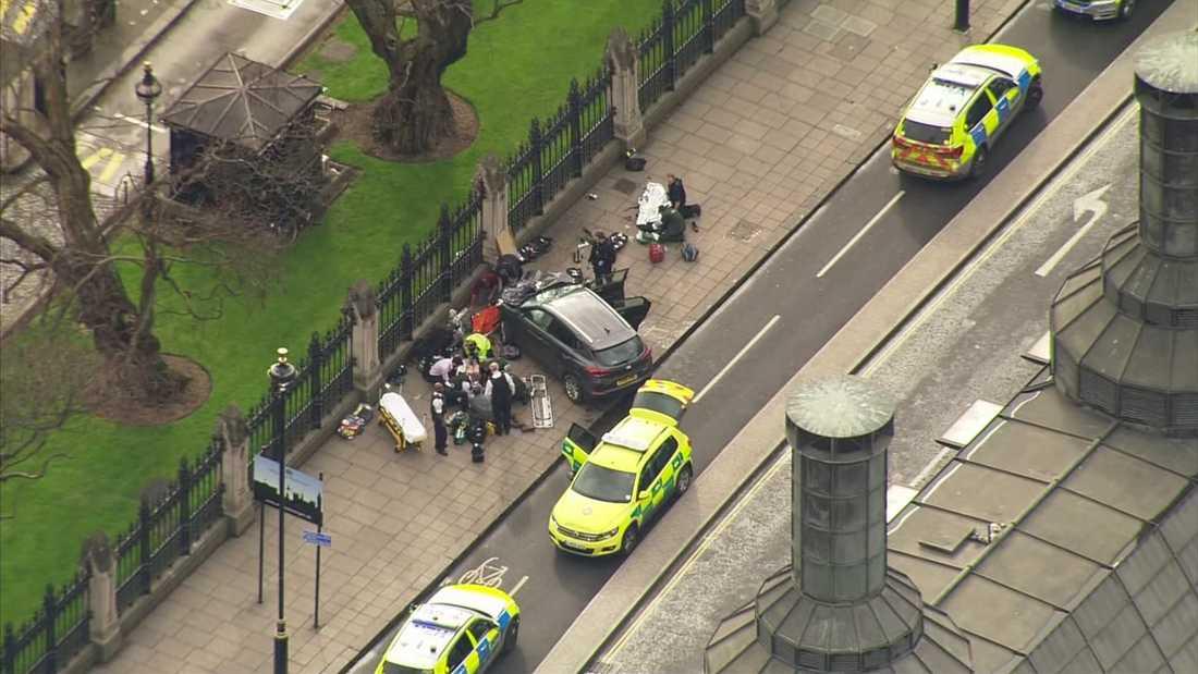 Efter bron fortsatte gärningsmannen mot parlamentet, där han attackerade en polis.