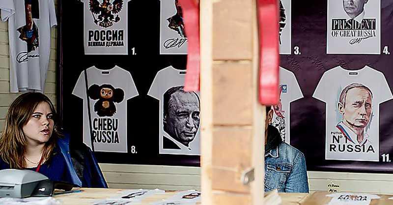 Idoltröjor med motiv av Vladimir Putin säljs på Röda Torget.