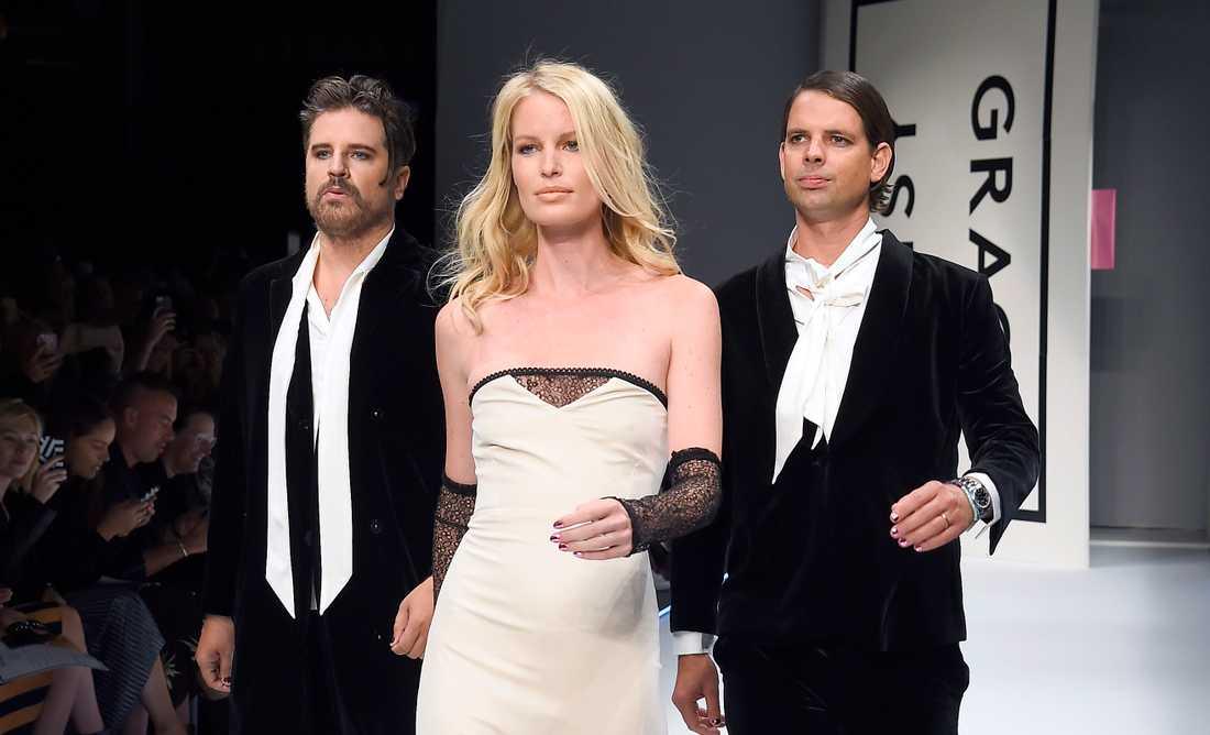 """Sigge Eklund och Alex Schulman modellar på Fashion Week Stockholm. Till vardags driver de en av Sveriges största podcasts, """"Alex & Sigge""""."""