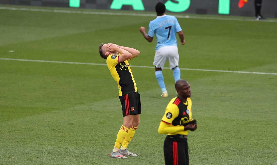 Watfords Tom Cleverly deppar efter ett av Sterlings mål.
