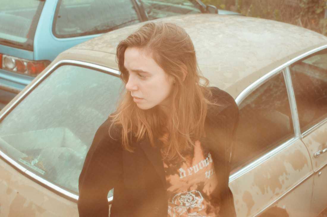 Däcka i taxibilar och giftig medicin som bränner rakt igenom magen – Julien Baker räds inte svärtan på sitt tredje album.