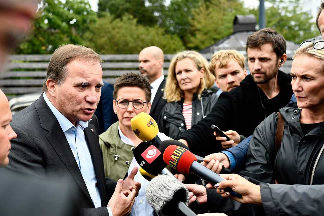 Statsminister Stefan Löfven (S) och justitieminister Morgon Johansson vid Frölunda torg i Göteborg dagen efter bilbränderna.