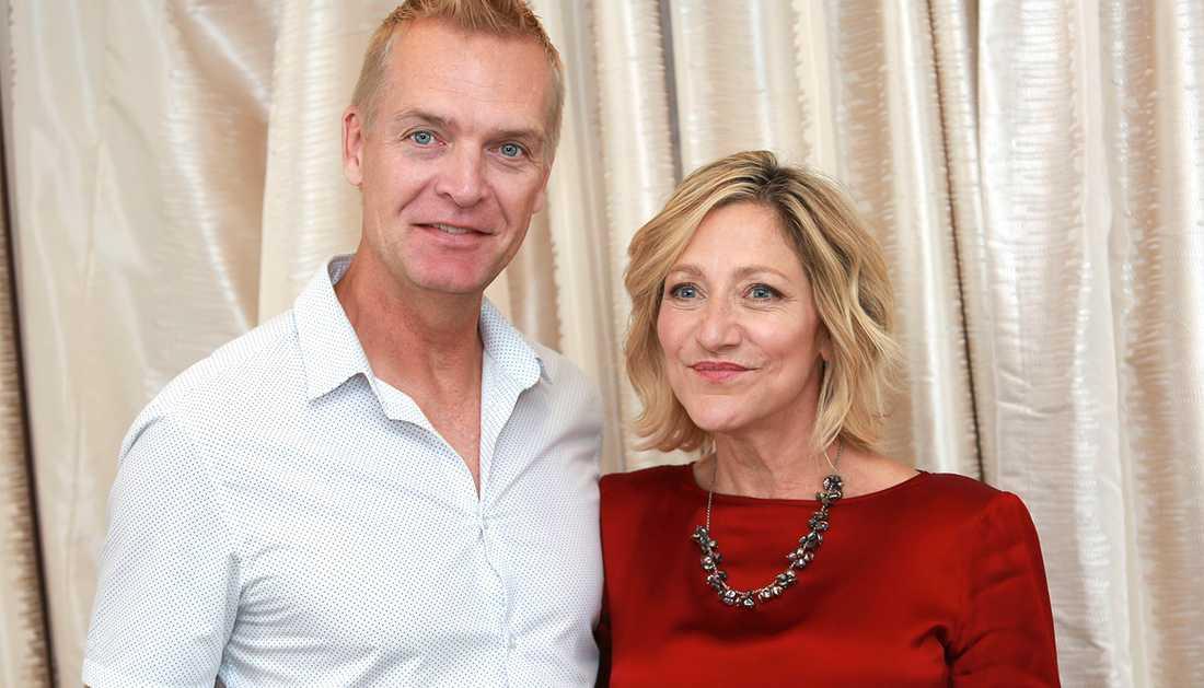 Nöjesbladets reporter Magnus Sundholm tillsammans med Edie Falco.