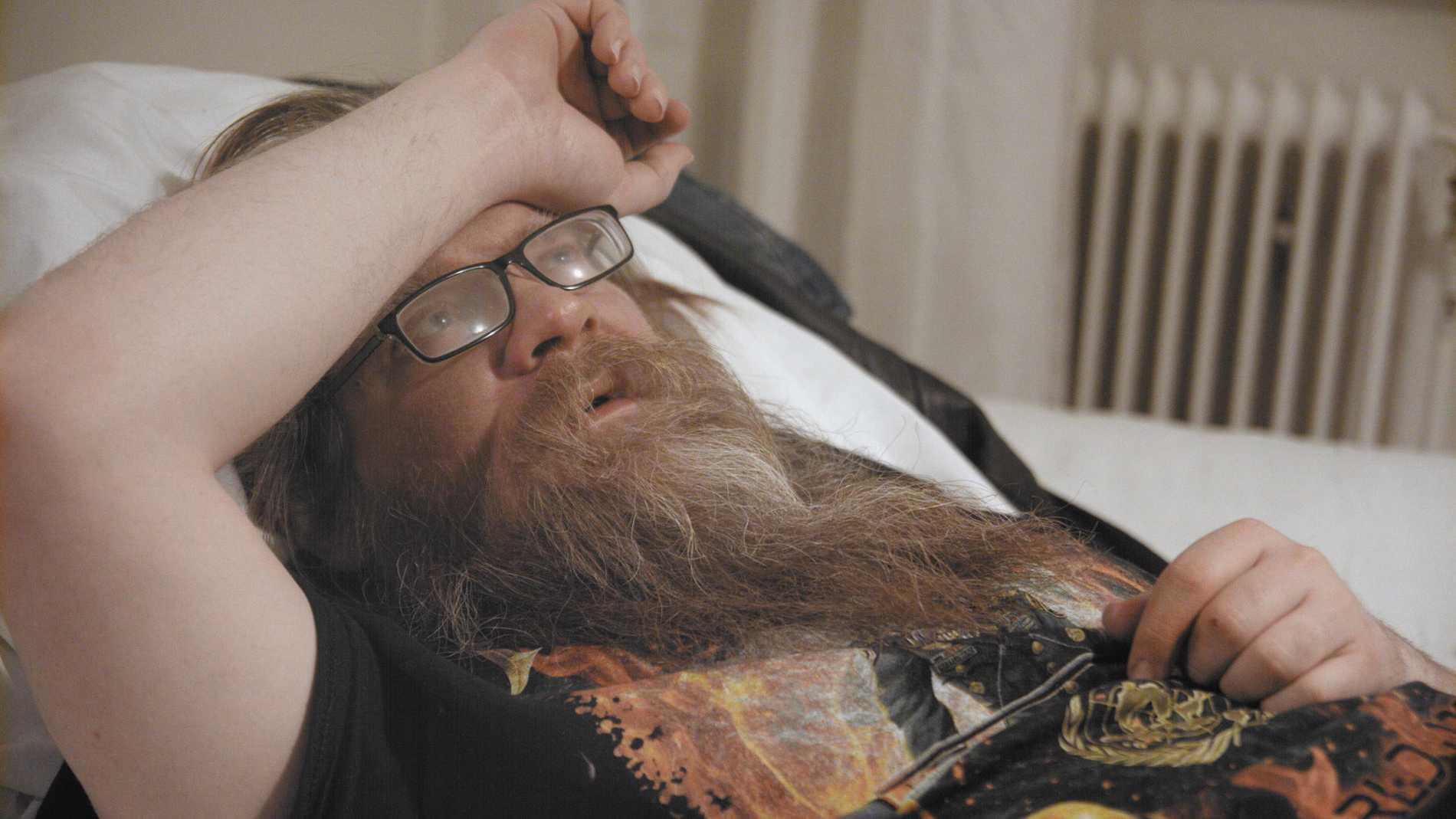 """Nya dokumentären """"Jag är Klimpen, motherfucker!"""" följer Martin Iliou, känd för sin roll som """"Klimpen"""" i tv-serien """"Bert"""" under tre år. Det är en tid kantad av missbruk, hemlöshet – och nyfunnen kärlek. Pressbild."""