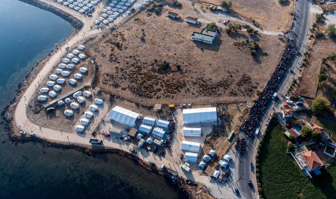 Omkring 9000 personer ska ha flyttat in i det tillfälliga lägret på Lesbos.