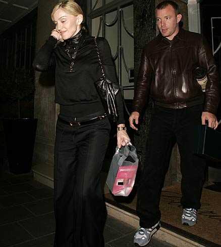 LIKE A VIRGIN? Madonna gör inget för att dölja presenten till maken Guy Ritchie: en sexleksak.
