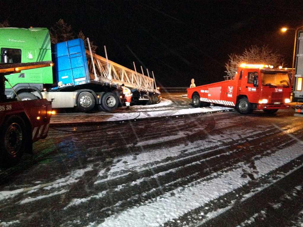 Snö och halka under natten i Västsverige. Den här lastbilen kanade i diket strax norr om Ödsmålsbron tidigt i morse.