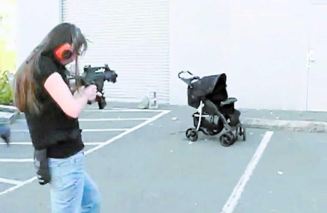 Stella Stevenson skjuter på barnvagnen i tio sekunder. Men allt är på egentligen på låtsas.