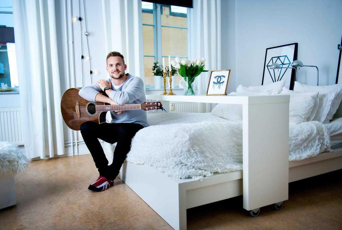 Sportbladet har träffat 16 allsvenska spelare i deras hem.  Örebros Oscar Jansson visar upp sitt stylade hem.