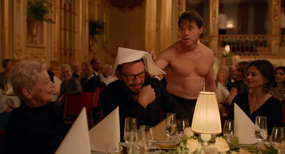 """En scen i filmen """"The square"""" där Terry Notaro, i bar överkropp, far runt på en fin galamiddag och bråkar med gästerna."""