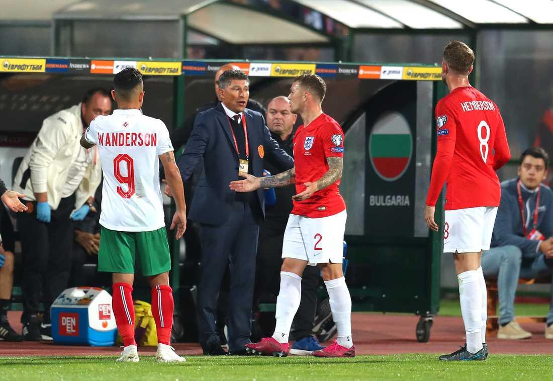 Bulgariens förbundskapten Krasimir Balakov i samtal med Kieran Trippier.