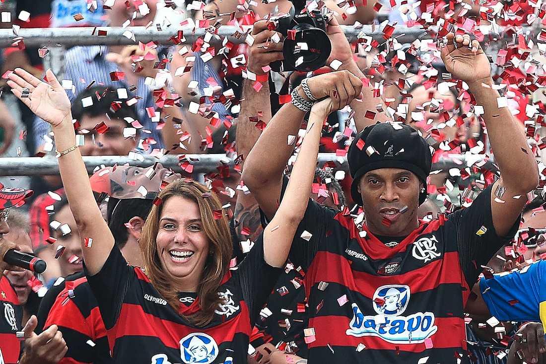 Ronaldinho tillsammans med Flamengos president Patricia Amorim.