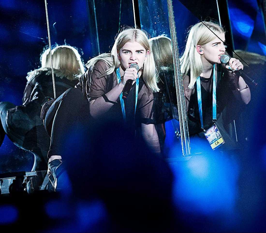 VILSE I SPEGLARNA  Idén med speglarna på scenen var nog bra på papperet men Amanda Fondells nummer skulle tjäna på att vara mer avskalat.