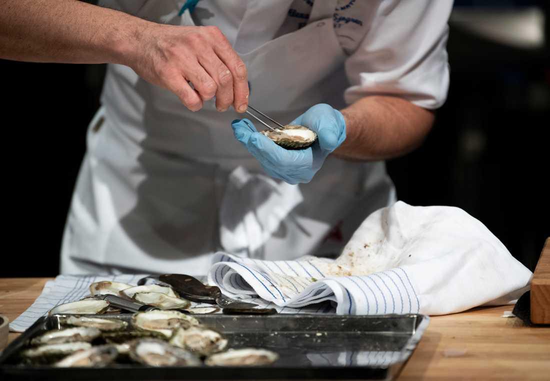 I en av tävlingens moment skulle kockarna servera kalla ostron.