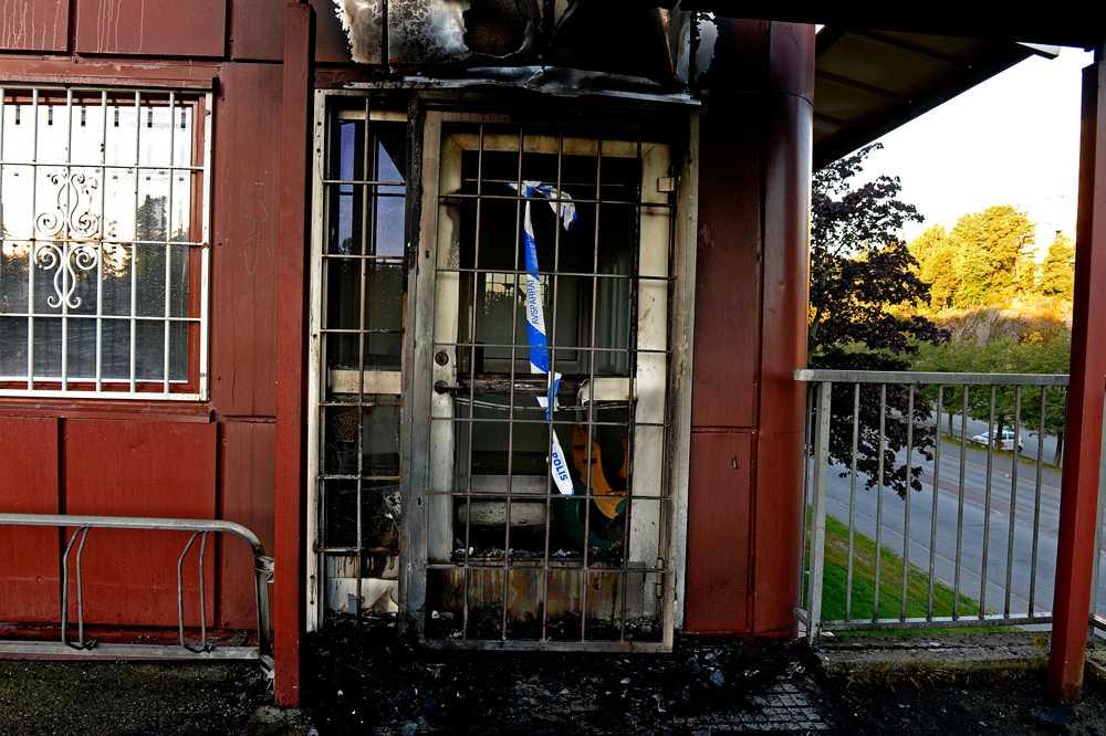Polisstationen i Tuma sattes i brand. Drygt en timme senare kastades en handgranat mot polisbussen.