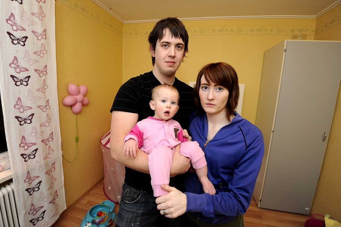 """""""KAN INTE TA HAND OM MIN DOTTER"""" Lisa Markstedt fick i januari beskedet att hon har bröstcancer. För att få ihop ekonomin måste nu maken Kim jobba – trots att han behövs hemma för att ta hand om tio månader gamla Selma."""