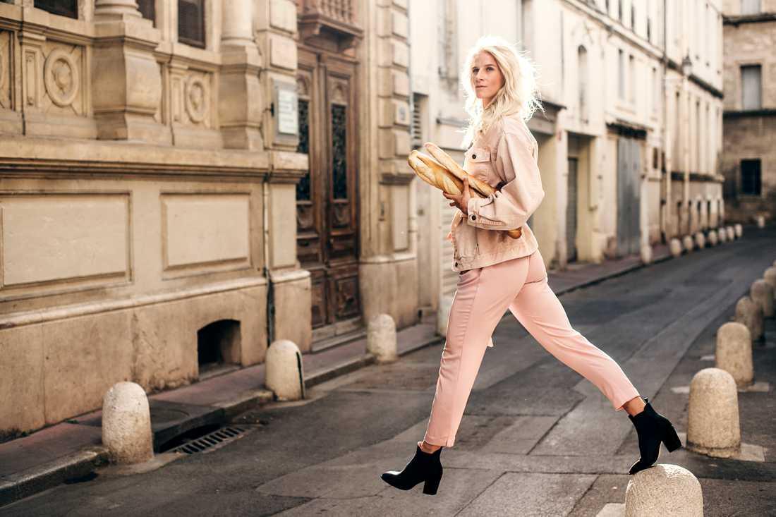 Landslagsstjärnan  Sofia Jakobsson  vandrar världsvant runt  på Montpelliers gator i  sommarens VM-land.