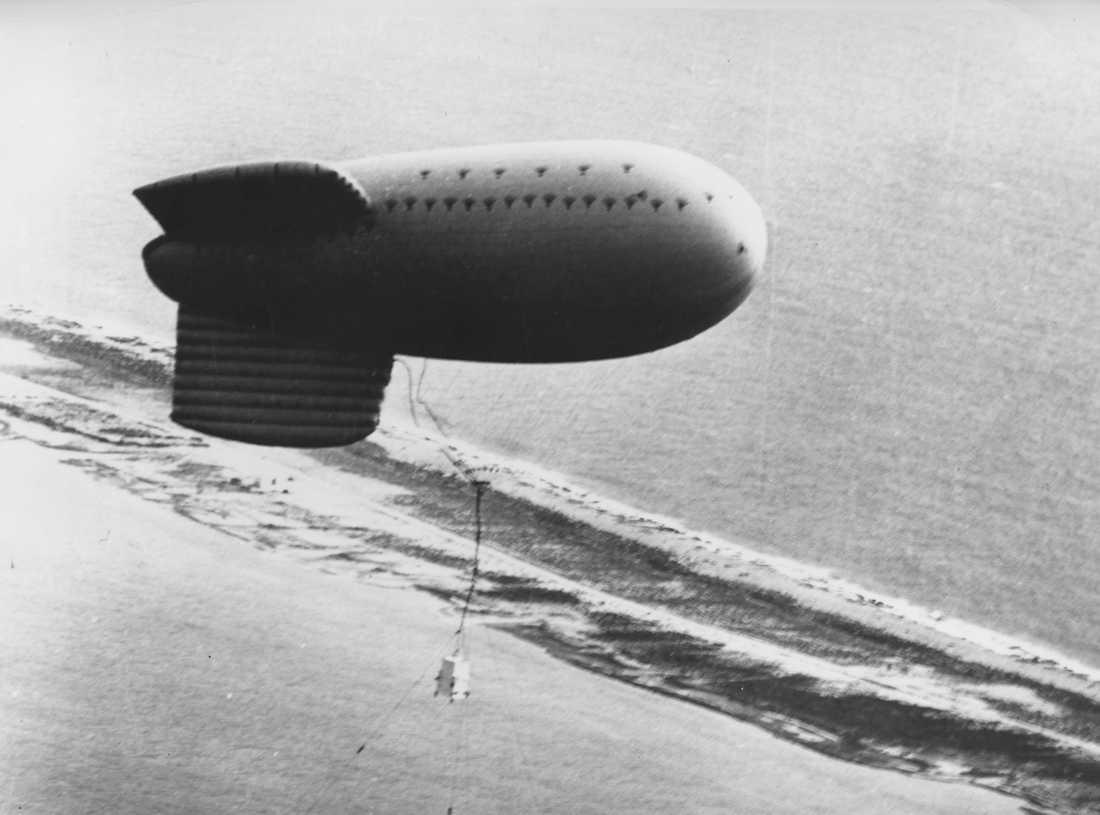 På bilden från den 24 augusti 1968 syns en ballong som transporterar ett franskt kärnvapen inför en provsprängning över Fangataufaatollen.