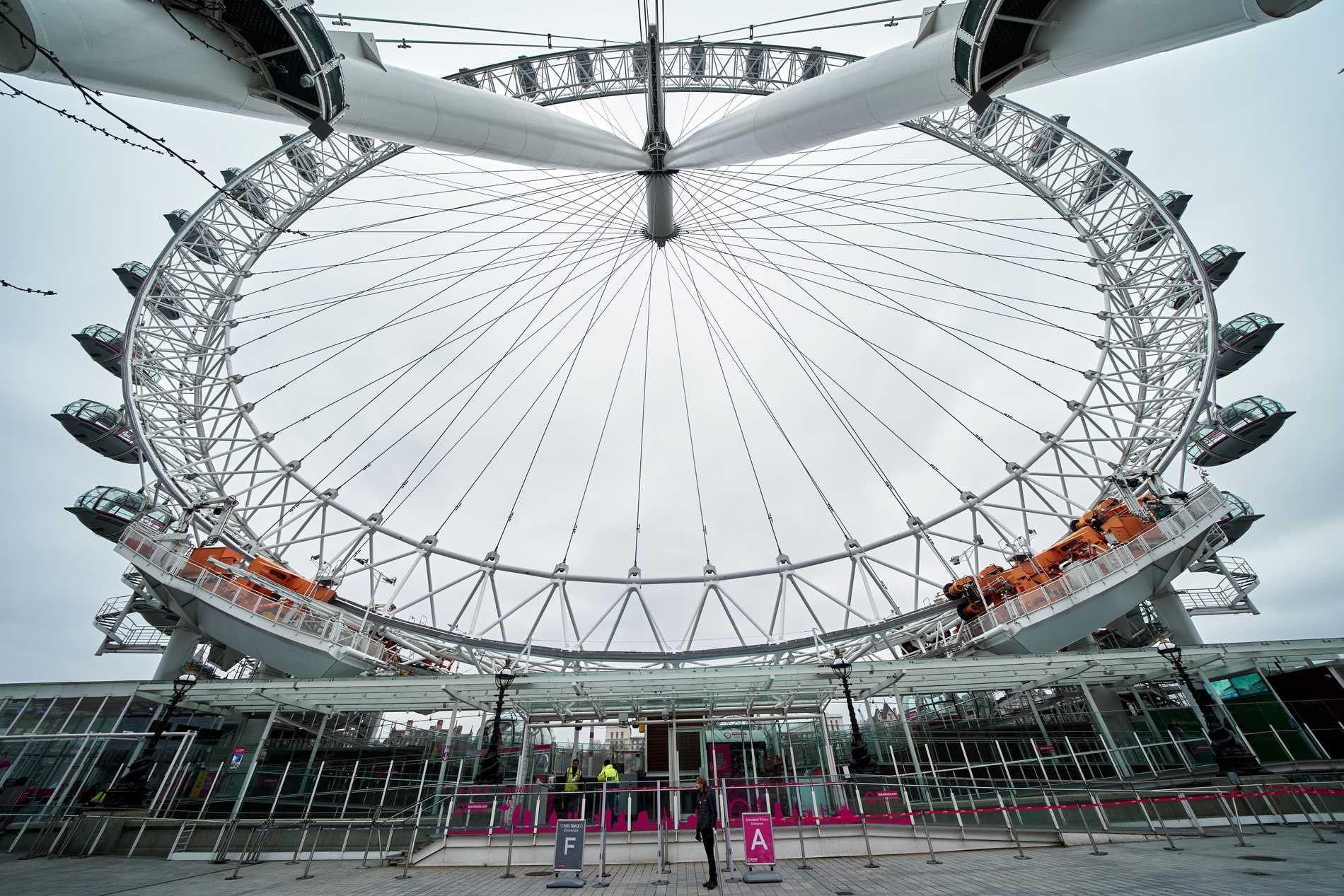 London Eye är öppen men det är inga som köar.
