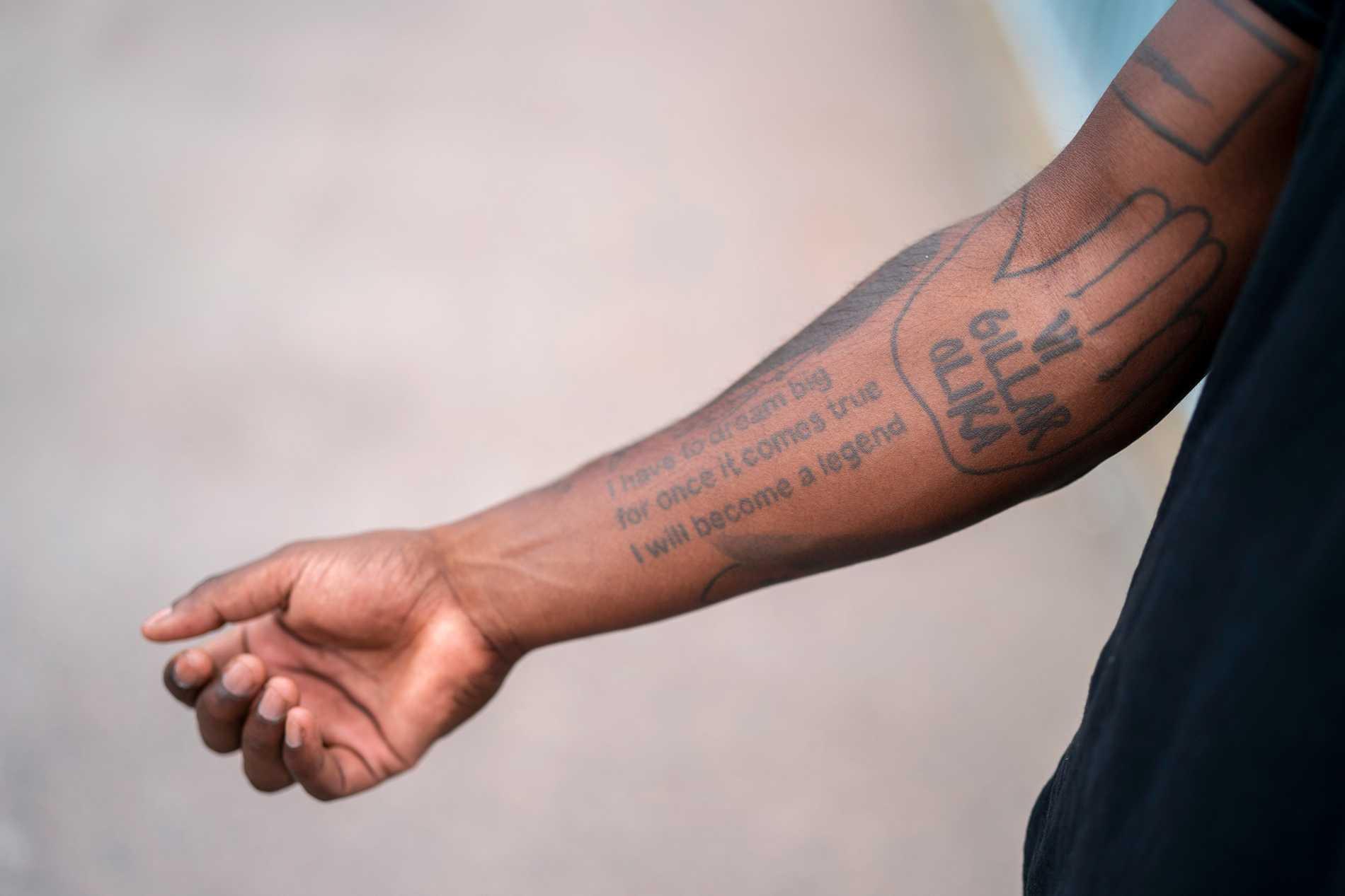 """I have to dream big for once it comes true, I will become a legend"" står det på Loui Sands underarm."