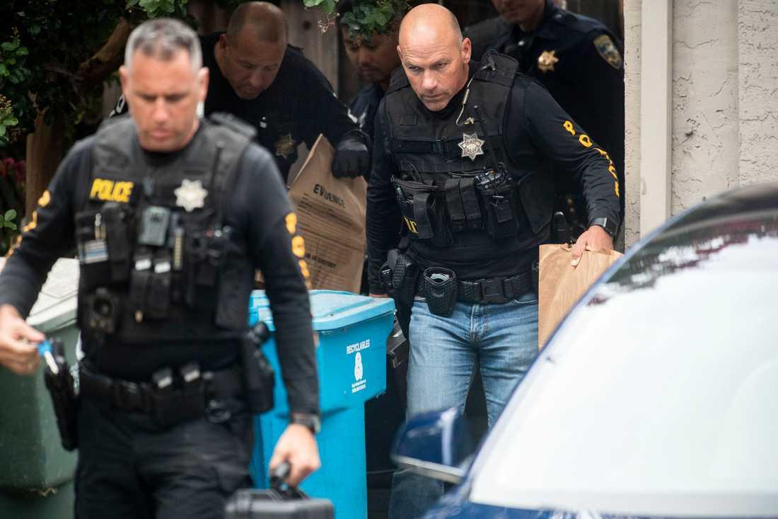 Polisen efter att ha genomfört en husrannsakan hos den misstänkte skytten.